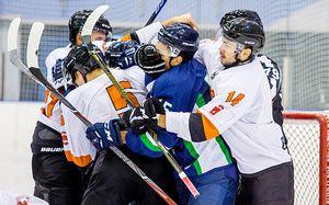 Массовое хоккейное побоище вматче двух клубов российской «вышки». Несдержались даже тренеры