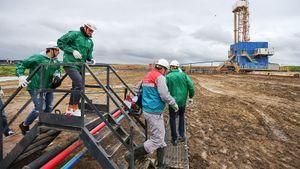 Хоккеисты «Ак Барса» месили грязь и нюхали нефть. Миллионеры стали ближе к работягам