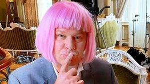 «Поеду на «Евровидение». Губерниев выложил фото в розовом парике. Жена Малкина оценила