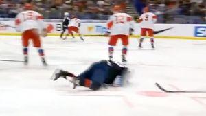 Американский хоккеист бросил клюшкой впартнера покоманде, сбив его сног вматче сРоссией: видео