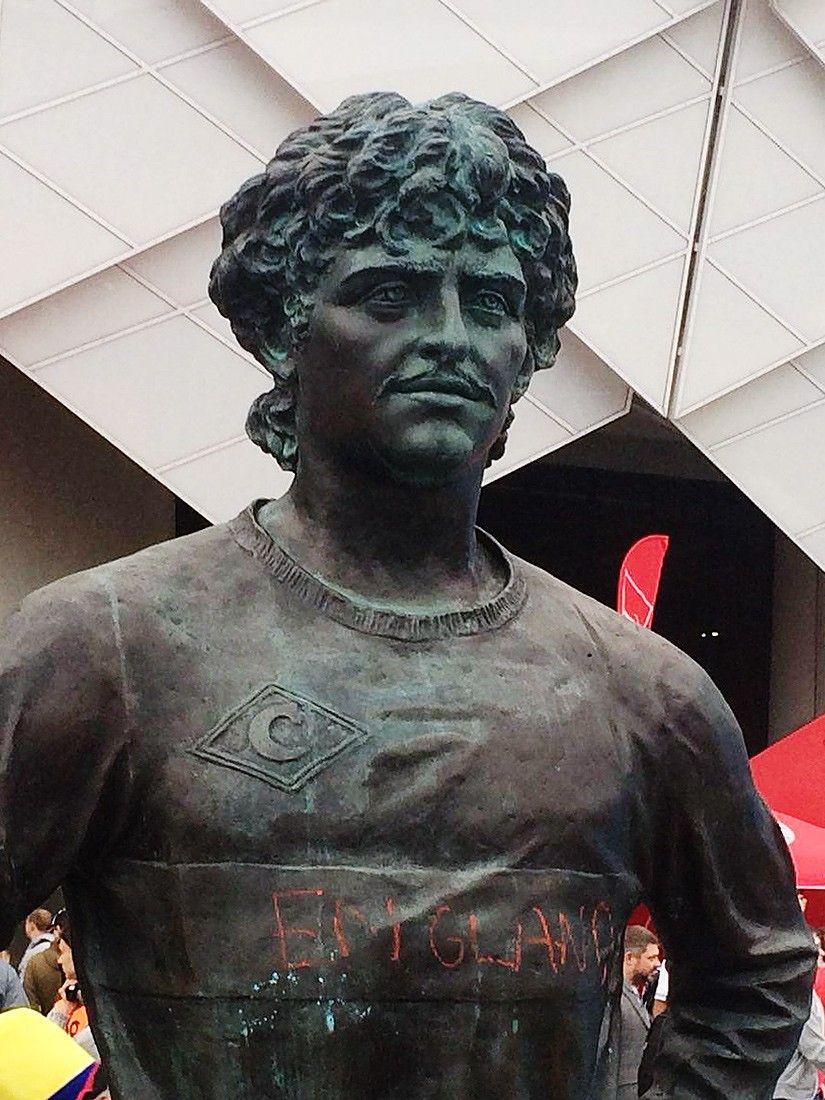 Английский фанат осквернил памятник Черенкову