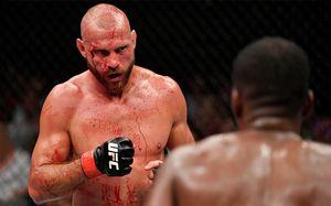 24 минуты лицо Серроне заливало кровью, но он продолжал драться. Самый жесткий мужик выходных