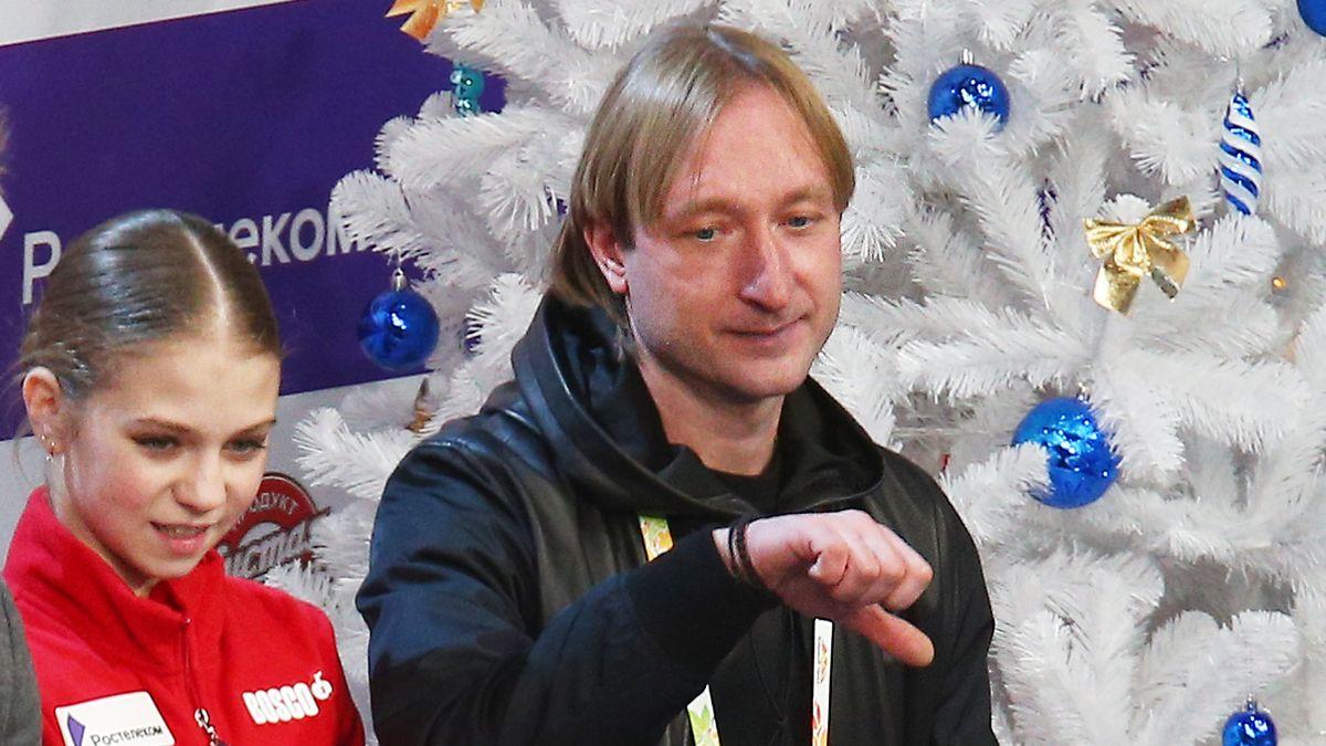 Жест Плющенко, недовольного оценками Трусовой за короткую программу, попал в трансляцию: фото