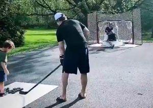 Жена Тарасенко показала, как хоккеист тренирует бросками одного изихдетей: видео
