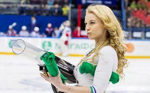 Новый челлендж хоккеистов: забросить шайбу в ведро. Главная чирлидерша промахнулась и разбила машину