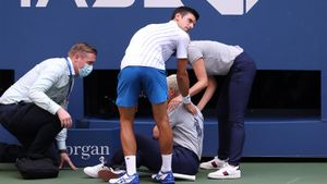 Джокович стал 1-м за 20 лет теннисистом, дисквалифицированным на турнире Большого шлема в одиночном разряде: видео