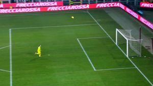 Супергол сцентра поля вИталии. Футболист «Аталанты» застал вратаря «Торино» врасплох: видео