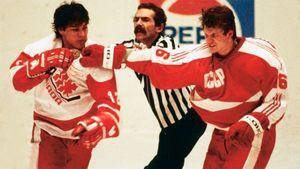 Скандальная драка СССР — Канада. Молодежь билась «стенка на стенку», на стадионе гасили свет, судьи убегали со льда