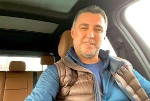 Легендарный футболист сборной Турции Шукюр работает таксистом вСША