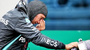 Самая необычная гонка Ф-1 в истории: Ферстаппен снова разбил Хэмилтона— на этот раз на старте