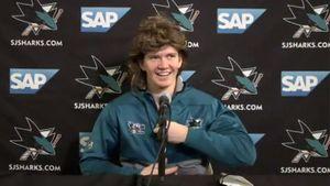 Русский хоккеист надел парик после первого гола в НХЛ. Забавный образ Кныжова на пресс-конференции: фото