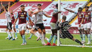 Чемпионат Англии возобновился со скандалом. Кипер «Астон Виллы» зашел с мячом в ворота, но гол не засчитали
