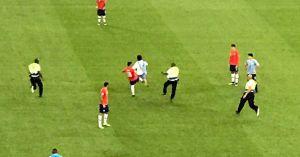 Футболист сборной Чили ударил фаната, выбежавшего на поле в маске петуха