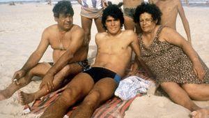 «Чтобы отблагодарить за новые шорты, Диего бегал отцу за сигаретами». Как начиналась карьера Марадоны