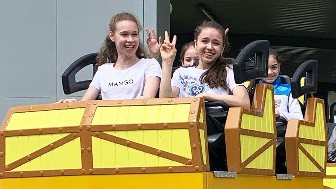 Валиева, Хромых, Акатьева и Петросян посетили аттракционы в Сочи Парке и прокатились на Змее Горыныче: фото
