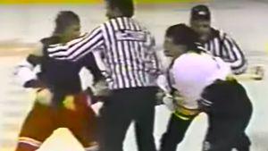 Драка советского хоккеиста Федорова и канадца Саттера в 1989-м. Игрок ЦСКА лишился свитера, но не уступил НХЛовцу