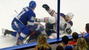 Жесть в НХЛ. Канадский беспредельщик Кэссиан намеренно ударил соперника коньком в грудь