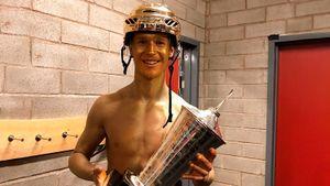 Онзабивает, как молодой Малкин, иоставит без приза русского таланта. 19-летний вундеркинд рвет НХЛ