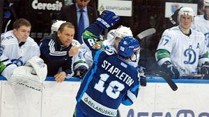 Громкий скандал в российском хоккее. Массажист «Динамо» показал средний палец американцу Стэплтону