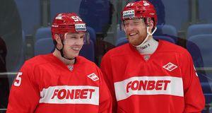 Двум хоккеистам «Спартака» предложили жениться фанатки клуба: фото
