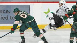 Русскую звезду зря разозлили в Америке. Капризов уложил на лед канадца и забил второй гол в НХЛ