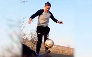 Молдавская футболистка почеканила мяч одной ногой, стоя наконе: видео