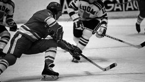 Знаменитый гол советского хоккеиста Харламова. Он в одиночку разобрался с 4 соперниками на Олимпиаде-1972: видео