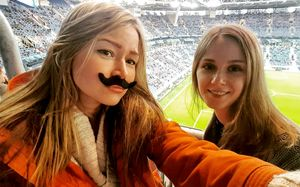 «Если сборная России проиграет — сбрею усы!» Самые красивые болельщицы на «Крестовском»