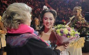 Тарасова вручила букет цветов Загитовой. Команда Тутберидзе обвиняла еевнелюбви кфигуристке