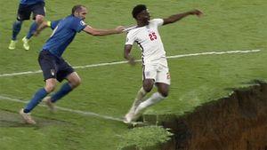 Эпичный момент финала Евро— как Кьеллини схватил Саку за футболку. Тут невероятно смешные мемы про это