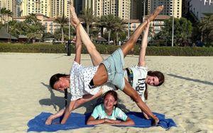 Щербакова, Усачева и Акатьева создали несколько «инсталляций» из собственных тел на пляже: фото