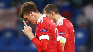 Соболев продал футболку, в которой забил первый гол за сборную России. Деньги отдадут на протез для девочки
