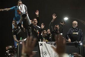 ПАОК выиграл чемпионат Греции, ниразу непроиграв. 26 побед в30 матчах. Подобного небыло 55 лет