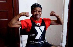 «Он выбрал не тот дом». 82-летняя бодибилдерша дала отпор грабителю