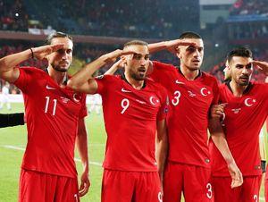 Игроки сборной Германии лайкнули фото воинского приветствия турков. Пришлось объясняться