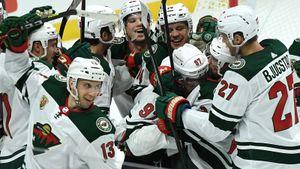 Эмоциональная реакция партнеров и тренеров русского хоккеиста Капризова на его первый гол в НХЛ: видео