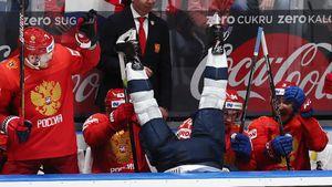 После силового приема Овечкина американский защитник улетел нароссийскую скамейку вниз головой