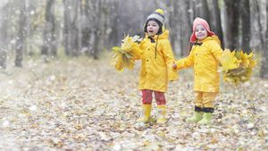 Как одеть ребенка на улицу осенью. Правильный гардероб по возрасту и погоде