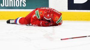 Разбил лицо ударом клюшки. Русский хоккеист Чистяков получил травму, защищая ворота в игре МЧМ против Швеции: видео
