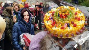 Фанаты пришли к Медведевой в день рождения: дымовая завеса, крутой торт, необычные подарки