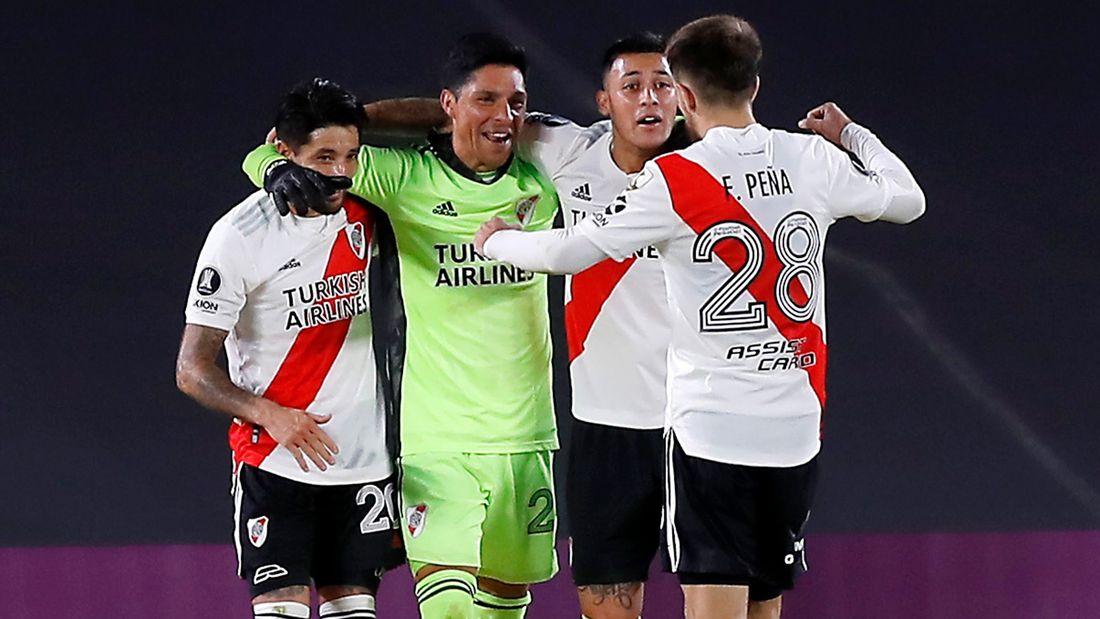 Полевой игрок с травмой встал в ворота и помог клубу выиграть. Перес из Ривера стал героем в Аргентине
