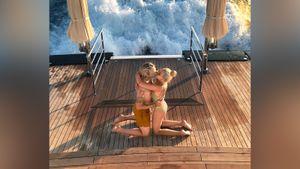 Рудковская выложила архивное фото с отдыха, где они с Плющенко целуются, стоя на коленях у моря
