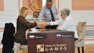 Чемпионка мира по шашкам Тансыккужина и ее соперница по финалу получили приз за проявленное благородство
