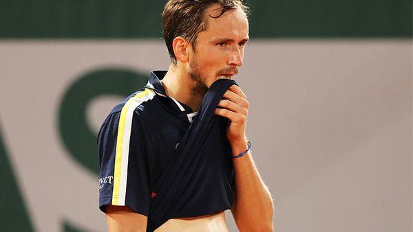 Спорил с судьей, переодевался по ходу матча и исполнил «детскую» подачу. Как закончилась сказка Медведева в Париже