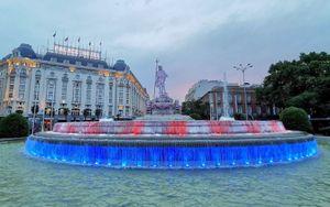 Фонтан Нептуна в Мадриде окрасился в цвета «Атлетико» в честь чемпионства, а Коке повязал на трезубец клубный шарф