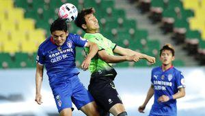 Корейский футбол первым вышел с карантина. Игроки не разговаривают друг с другом и респектуют медикам после голов