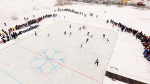 В Сибири сыграли в хоккей на озере. Игроки клуба КХЛ приехали в деревню и не провалились под лед