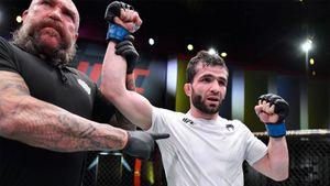 Бойца из России едва не забили в США, но он выжил и забрал победу в стиле легенды UFC. Сумасшедшее выступление