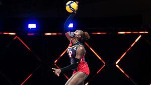 В Лиге наций волейболистки сходят с ума и играют в масках, но обнимаются с партнершами. Что происходит