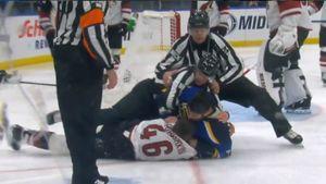 Американец уложил на лед русского крушителя. Чистое поражение нашего защитника в первом бою в НХЛ